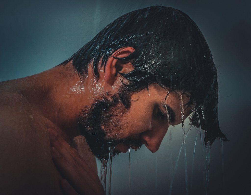 洗い流さないトリートメントを使用前に髪を濡らす